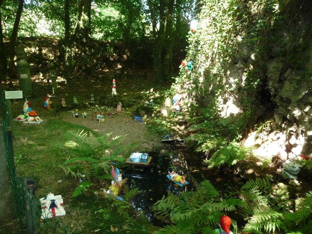 North Devon : The Gnome Reserve, Gnomes by the Pond