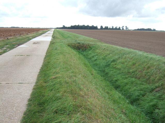 Road and dyke heading towards Horseshoe Hole Farm