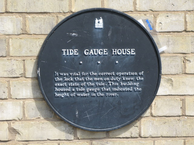 Plaque re the (former) Tide Gauge House, Greenland Dock