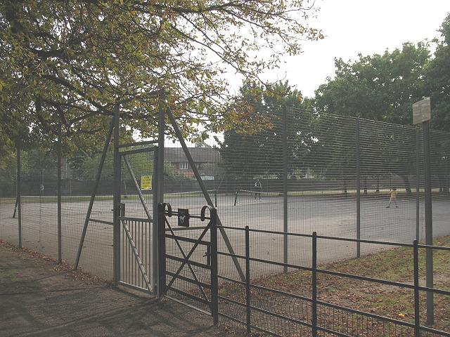 Tennis courts in Manor House Park
