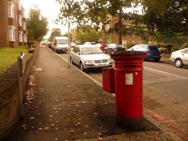 Lee Green: postbox № SE12 16, Cambridge Drive