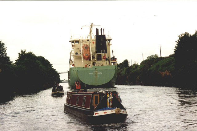 Little & large on the Manchester Ship Canal