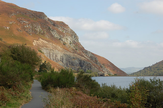 Cycle track by Caban-coch reservoir