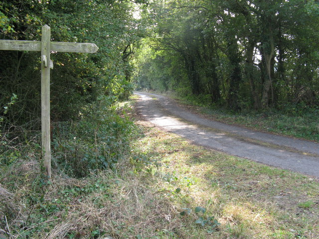 Footpath and bridleway junction near Crateman's Farm