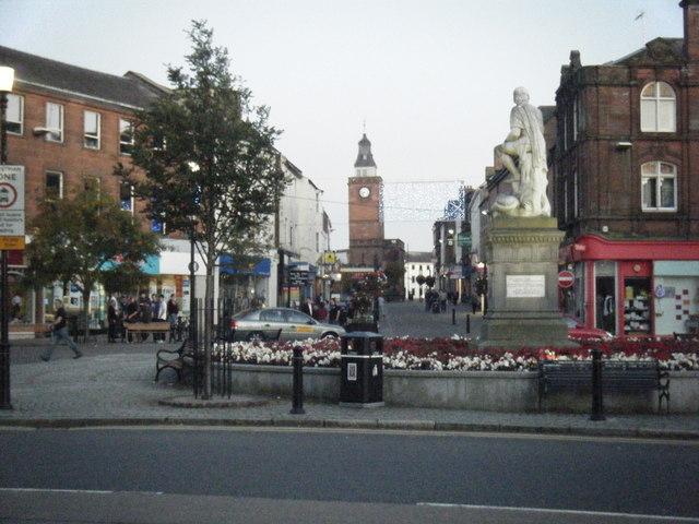 Robert Burns statue and High Street beyond.