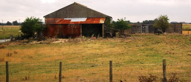 Derelict farm buildings by Camber Rd