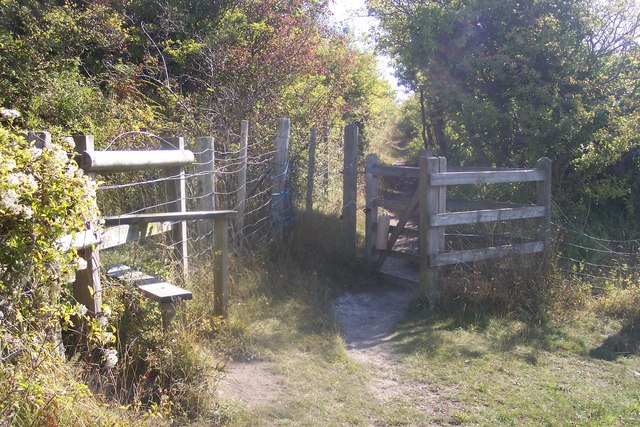 Stile and Kissing Gate in Darland Banks