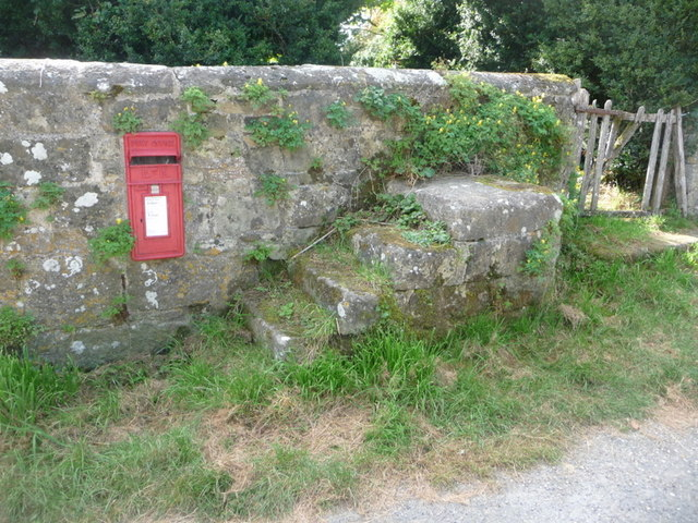 Compton Abbas: postbox № SP7 107, East Compton