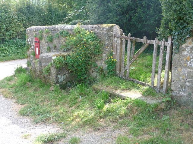 Compton Abbas: ricketty churchyard gate