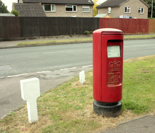2009 : EIIR pillarbox and other street furniture