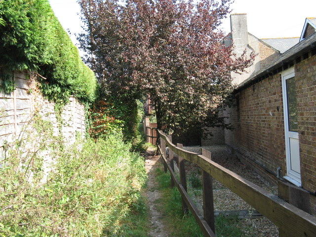 Footpath between The Vale and houses on The Quadrangle