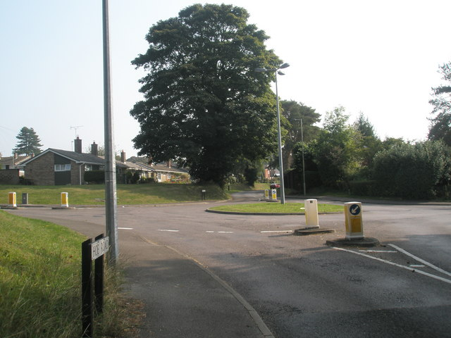 Mini-roundabout in How Road