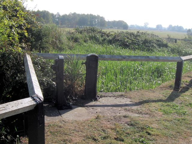 Lock No 28 – The disused side ponds and controls