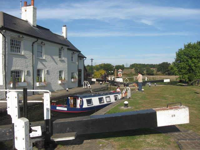 Passing Lock No 28 –  Ellesmere (3) – with the Grove Lock Public House