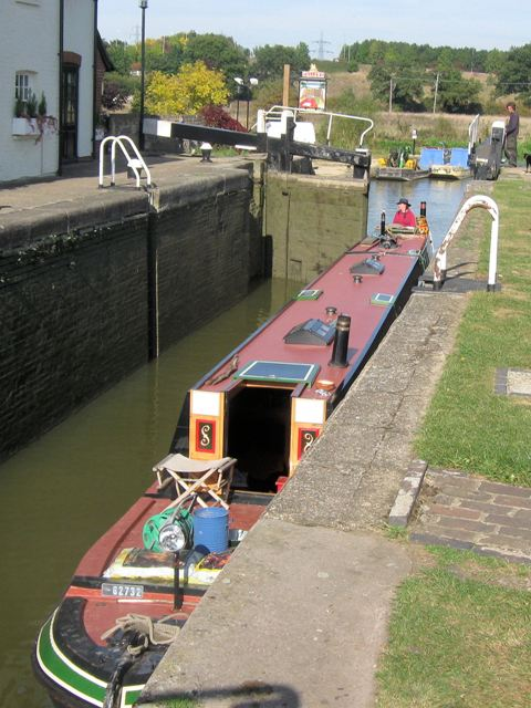 Passing Lock No 28 – Narrowboat  Lynx (1) – Entering the lock