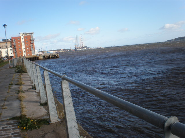 Shore walk at Queen Elizabeth Wharf