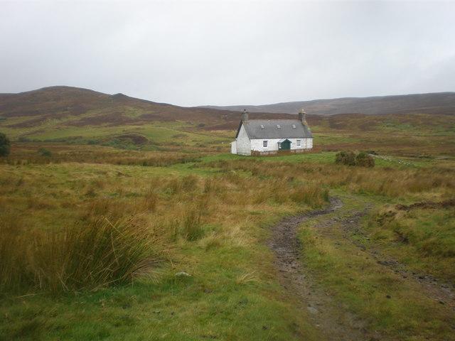Brae Cottage beside Abhainn an t-Sratha Charnaig