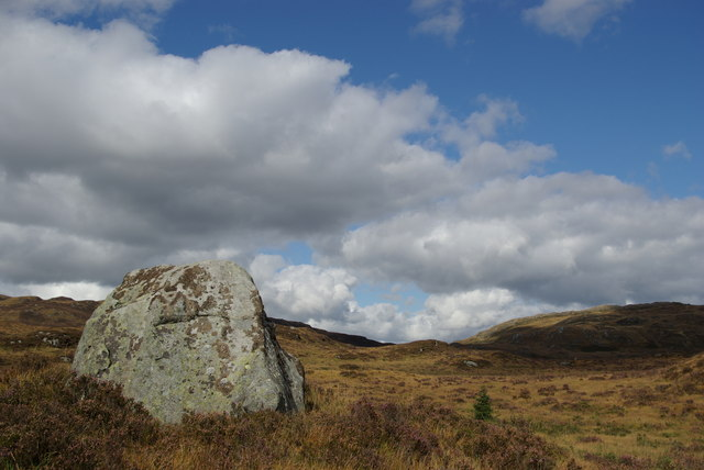 Large boulder north of Ballochling Loch