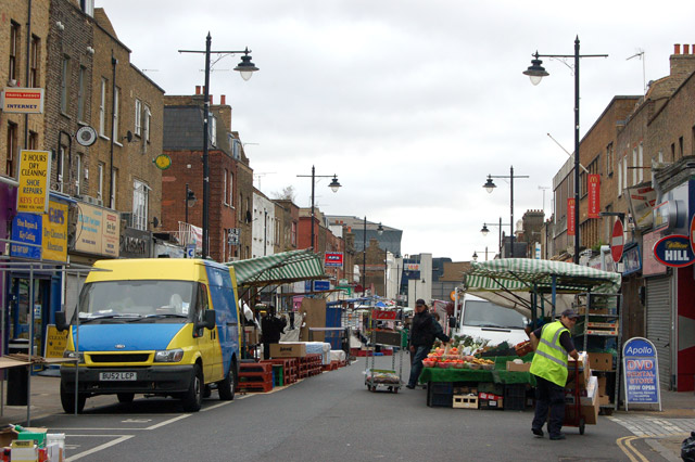 Morning set-up at Chapel Street market, Islington (2)