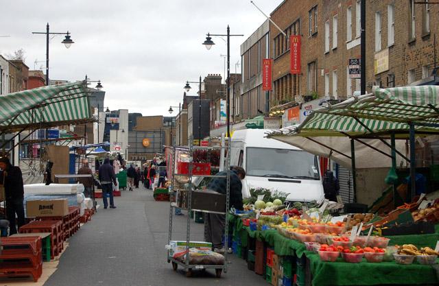 Morning set-up at Chapel Street market, Islington (3)