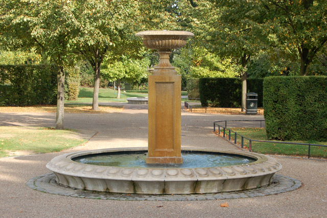 Fountain in Avenue Gardens, Regents Park (1)