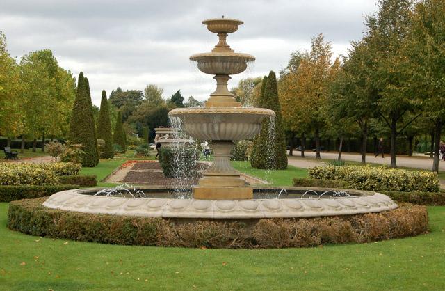Fountain in Avenue Gardens, Regents Park (2)