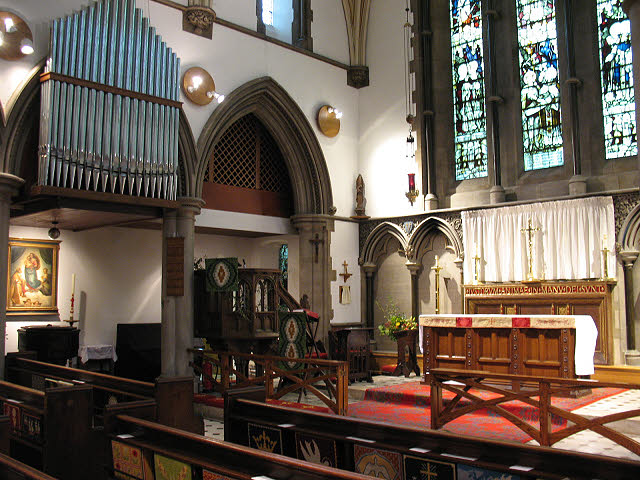St Luke's church, Kew - chancel