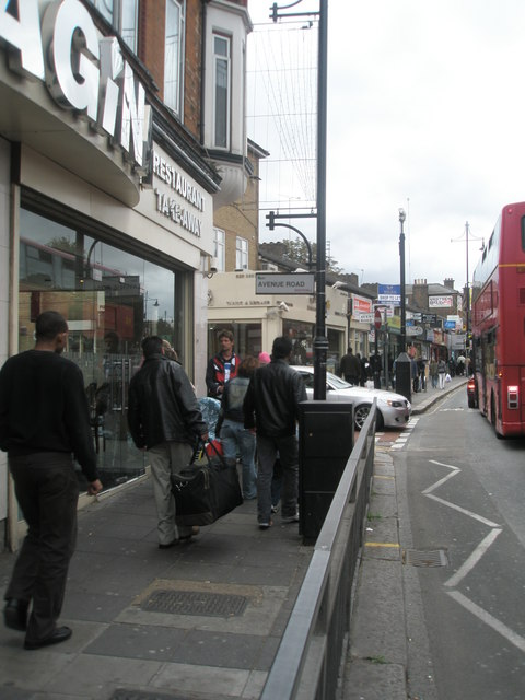 Approaching the junction of Avenue  Road  and the High Street