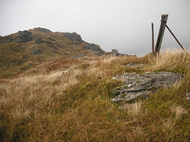 Ruined fence, Parlan Hill