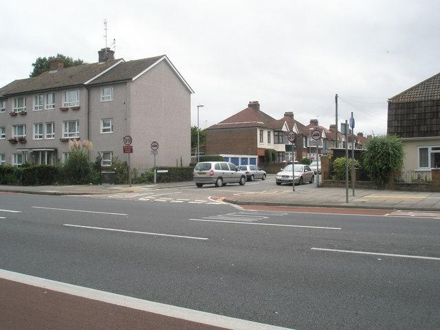 Looking across London Road towards Oakwood Road