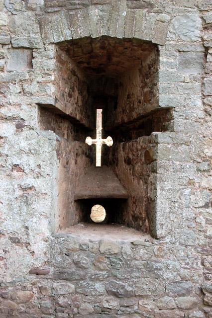 Arrow slot with separate gun muzzle hole (lower), Raglan Castle