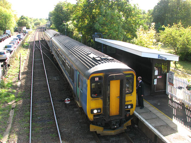 Brundall railway station - Unit 156 409 stops at platform 1