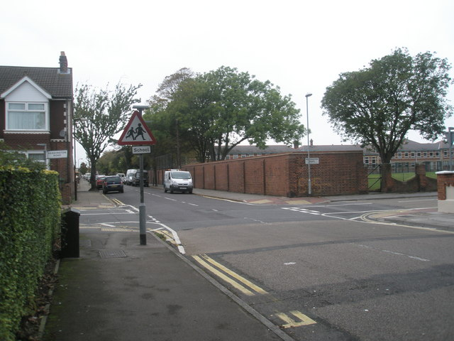 Approaching the crossroads of  Mayfield Road and Kensington Road