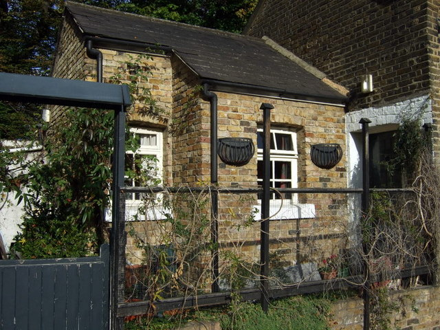 Old Ford Lock keeper's house with mangers