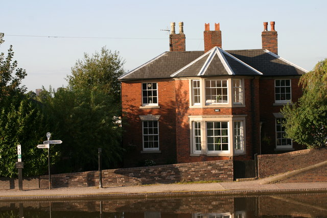 House situated along Fazeley Canal  (1)