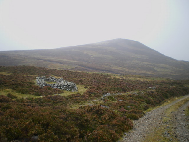 Old shieling and Dùn Beag