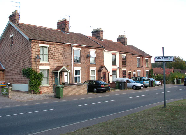 Terraced cottages in Beccles Road (A143)