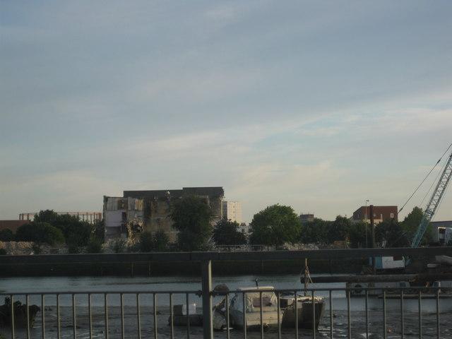 Southampton = Demolishing a building