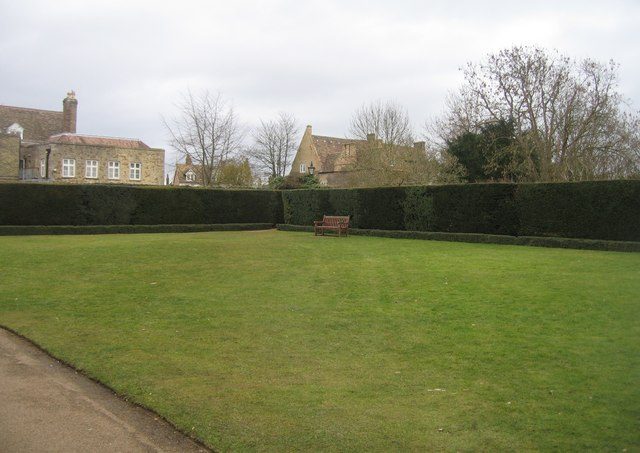Trim hedge, neat lawn & a bench