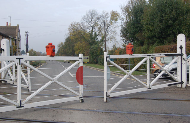 Level crossing gates closing wansford andy f