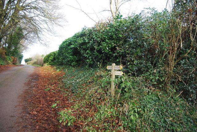 Footpaths signpost near Croydon Hall