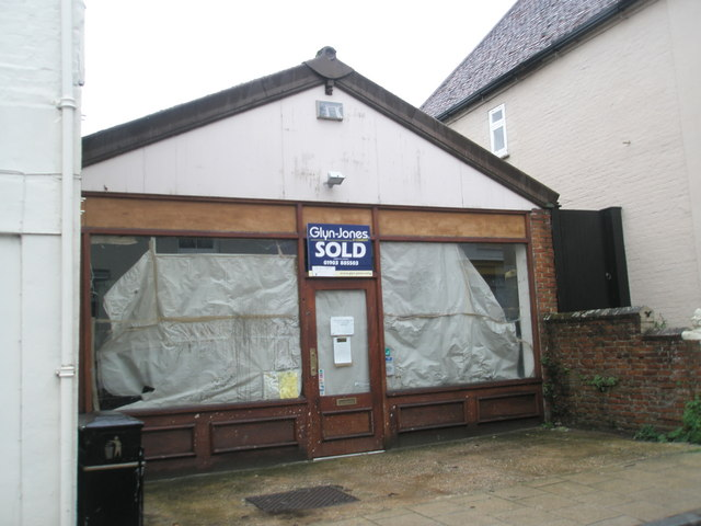 Vacant shop in Surrey Street
