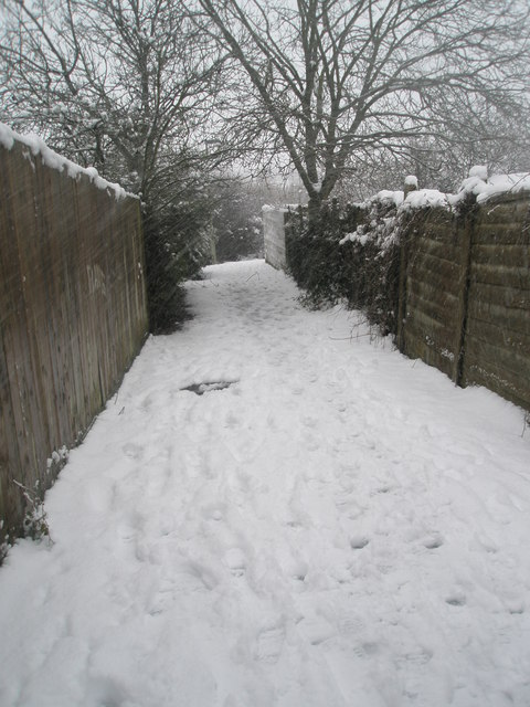 Snowy passage between Barncroft Way and Stockheath Rec