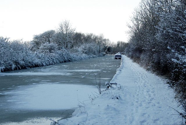 Ice and snow on the Grand Union canal, Stockton (2)