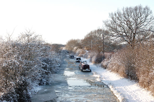 Wintery scene on the Grand Union Canal at Tomlow