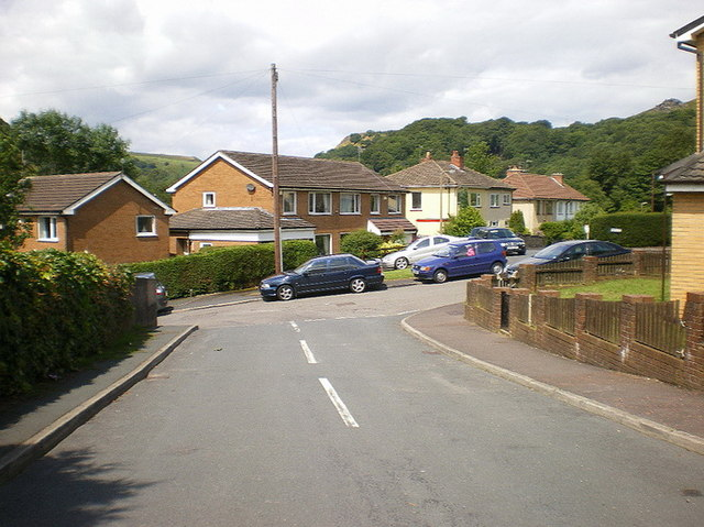 Junction of Dineley Avenue with Cross Lee Road