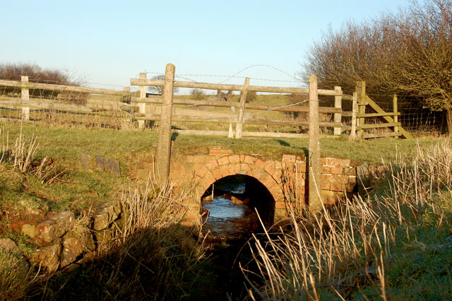 Brook culvert unser a farm track south of Willoughby