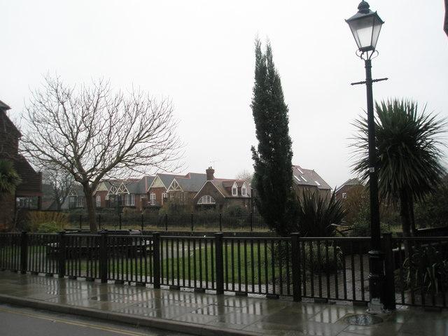 Noody in the public garden in River Road