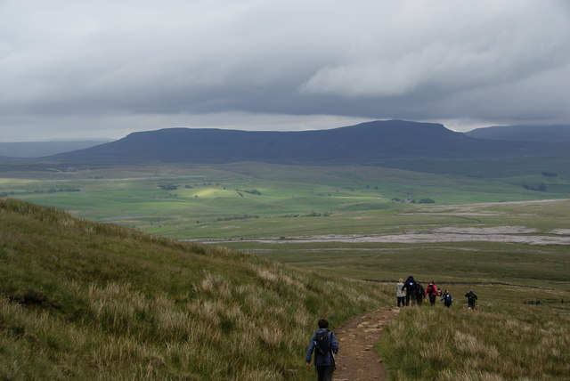 Passing the southern flank of Simon Fell