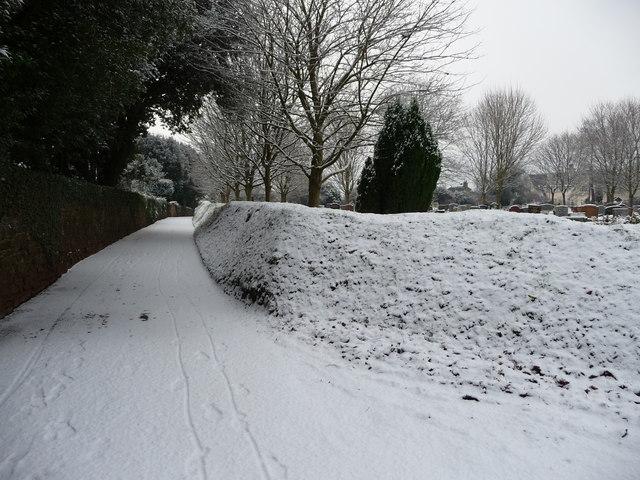 Tiverton : Path between Tiverton Cemetery